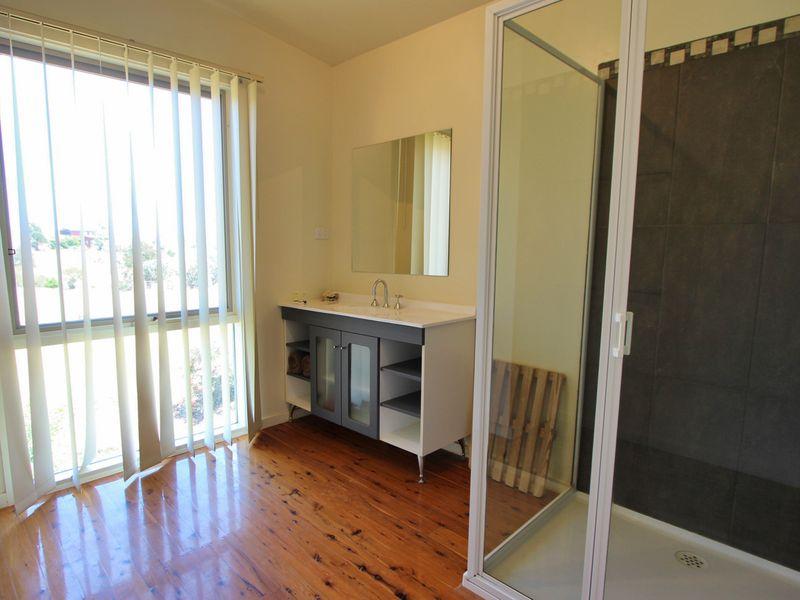 Gravillea-bathroom